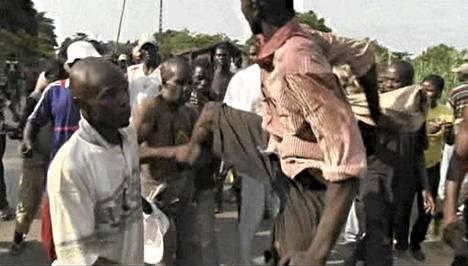 Mies potkaisi kapinallisryhmän jäseneksi epäiltyä miestä Begouan kaupungissa Keski-Afrikassa lauantaina.