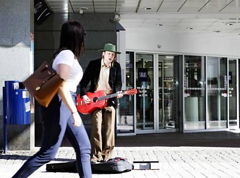 Jukka Nousiainen järjesti perjantaina Facebook-livelähetyksen, mikä inspiroi Koronakonsertit-sivuston perustajaa toimimaan. Kuvassa Nousiainen esiintyy Jyväskylän Kauppakadulla toukokuussa 2018.