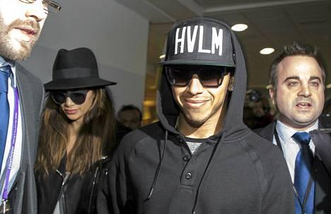 Lewis Hamilton palasi kotimaahansa maanantaina juhlittuna maailmanmestarina.