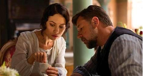 Olga Kurylenko esittää majatalonemäntää ja Russel Crowe poikiensa ruumiita etsivää maanviljelijää elokuvassa Kaivonkatsoja.