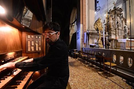 Francesco Filidei soitti kirkkourkuja Bolognassa 2017.