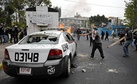 Mielenosoittajat ottivat poliisin kanssa yhteen torstaina Meksikon kansainvälisen lentokentän lähettyvillä.