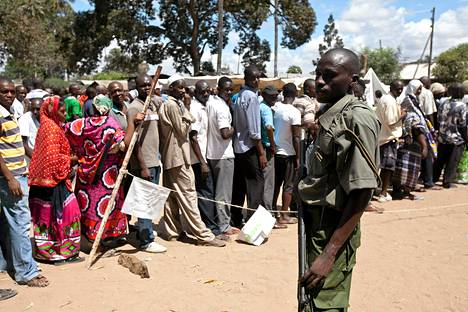 Poliisi valvoi äänestyksen sujumista Mombasassa maanantaina.