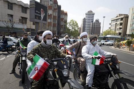 Iranin vallankumouskaartin joukot liikkuivat desinfiointitehtävissä Teheranissa 25. maaliskuuta.