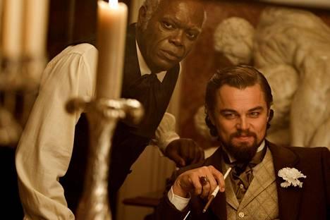 Stephen-orja (Samuel L. Jackson) mielistelee brutaalia isäntäänsä (Leonardo DiCaprio).