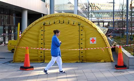 Karoliinisen yliopistosairaalan pihalle pystytettiin koronaviruspotilaita varten teltta Tukholman Solnassa maaliskuussa.