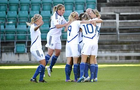 Suomen naisten jalkapallomaajoukkue juhli ensimmäistä maaliaan Viroa vastaan Tallinnassa.