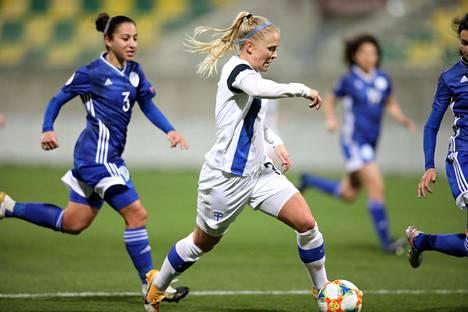 Adelina Engman syötti maalin ja teki maalin Kyprosta vastaan. Hän pelasi toisen perättäisen hyvän pelin Helmarien avauskokoonpanossa.