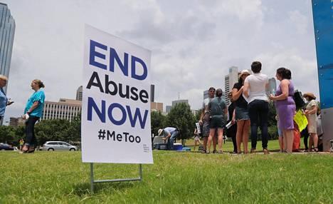 Mielenosoittajien kyltissä Southern Baptist Convention -kirkon tapahtumassa Texasissa viime kesänä vaadittiin hyväksikäytön lopettamista kirkon piirissä.