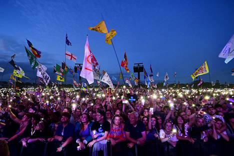 Festariyleisö seuraa Ed Sheeranin esitystä Glastonburyn rockfestivaaleilla Länsi-Englannissa sunnuntaina.