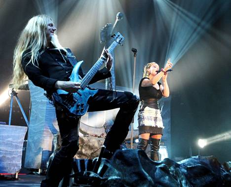 Basisti Marco Hietala revitteli Harwall-areenassa vuonna 2009. Solistina lauloi Anette Olzon.