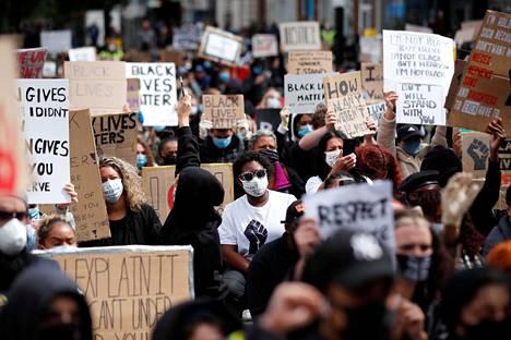 Mielenosoittajia Britannian Lutonissa lauantaina.