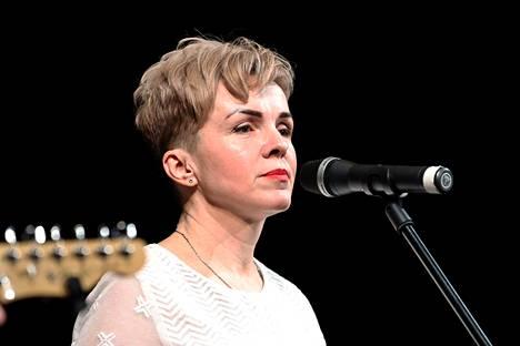 Irina Sorgovitskaia laulaa Galasy ZMesta -yhtyeessä.