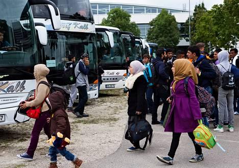Tuhannet pakolaiset matkustavat nyt Münchenin väliaikaisista majoituspaikoista eri puolille Saksaa.