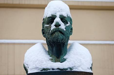 Alfred Nobelin rintakuva seisoi lumen peitossa Nobelin instituutin edessä Oslossa joulukuussa.