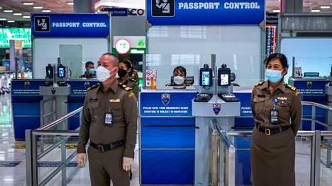 Maahantuloviranomaiset odottivat saapuvia matkailijoita Suvarnabhumin kansainvälisellä lentokentällä Bangkokissa 20. lokakuuta.