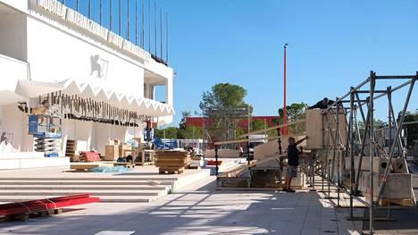 Työntekijät rakensivat tiistaina Venetsian elokuvafestivaalin tapahtumapaikkoja Lidon saarella Venetsiassa.