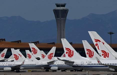Valtiollisen Air China -kiinalaisyhtiön koneita Pekingin Capital-lentokentällä 27. maaliskuuta.