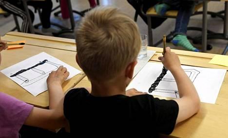 Ekaluokkalaisia opiskelemassa kiinaa Itäkeskuksen peruskoulussa Helsingissä.