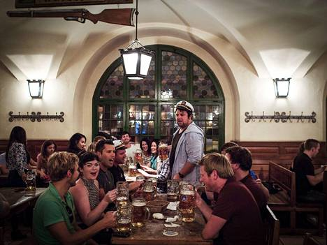 Saksan pubit, hotellit ja ravintolat ovat olleet suljettuna marraskuusta lähtien koronan toisen aallon takia. Kuva Münchenissä sijaitsevasta pubista syyskuulta 2014.