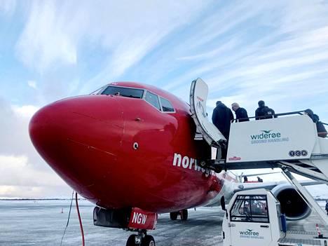 Lentoyhtiö Norwegianin matkustajia nousemassa koneeseen.