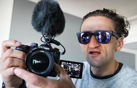 Youtuben supertähti, vlogaaja Casey Neistat tallentaa videoihinsa elämäänsä. Niin myös Helsingissä perjantaina järjestetyn mediatapaamisen.