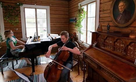 Muusikot Anu Silvasti ja Antero Manninen muuttivat vuonna 2001 Pukkilaan 250 neliön hirsitaloon, jossa on tilaa harjoitella.