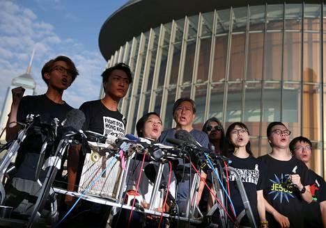 Honkongilaiset ihmisoikeusaktivistit pitivät tiedotustilaisuuden luovutuslain lykkääntymisen merkityksestä. He ilmoittivat, ettei sunnuntaiksi suunniteltua mielenosoitusta peruta, ellei luovutuslakiehdotuksesta luovuta kokonaan.