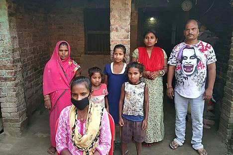 Jyoti Kumari (edessä) perheensä kanssa kotikylässään Sirhullissa lauantaina.