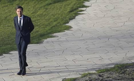 Hollannin EU-myönteinen pääministeri Mark Rutte kuvattiin Rotterdamissa maanantaina ennen vaaliväittelyä EU-vastaisen Vapauspuolueen johtajan Geert Wildersin kanssa.