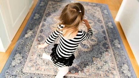 Pientä lasta suojaavat stressiltä esimerkiksi pysyvät, läheiset ja turvalliset ihmissuhteet ja arjen selkeät ja toistuvat rutiinit.