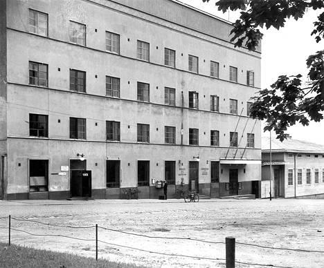 Valtiontalo 1930-luvulla, jolloin talossa toimi jo posti. Viereisessä talossa sijaitsi matkustajakoti.