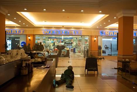 Kenialaiset sotilaat olivat asemissa Westgate-ostoskeskuksessa supermarketin edessä lauantaina.