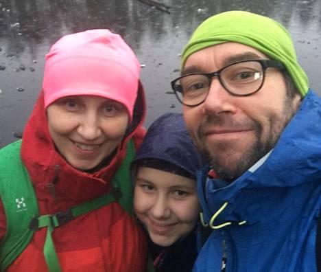 Tarja Turkulainen (vas.), Suvi Porri ja Ossi Porri elivät lokakuun tavallista ympäristöystävällisemmin. Kuukauden aikana he myös hommautuivat turhasta tavarasta eroon.