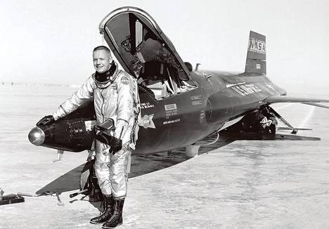 X-15:n koelentäjä Neil Armstrong astui sittemmin ensimmäisenä Kuun pinnalle.