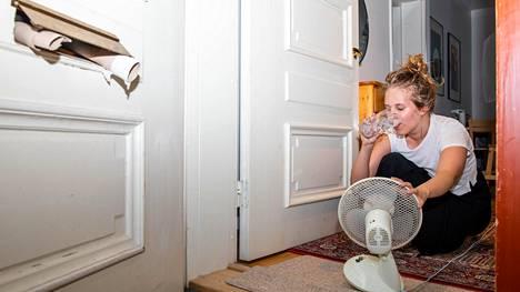 Hertta Korhonen tuulettaa asuntoaan pitämällää ulko-ovea auki, jotta rappukäytävästä tulisi happea. Ovella hurisee myös pieni pöytätuuletin, ja vessapaperirullat on aseteltu pitämään postiluukkua auki.