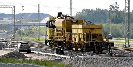 VR Trackin juna kehäradan rakennustyömaalla Vantaan Kivistössä torstaina 10. heinäkuuta 2014.