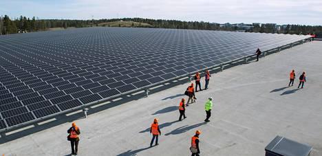 Helsingin Kivikossa on aurinkovoimala hiihtohallin katolla. Kuva huhtikuulta 2016.