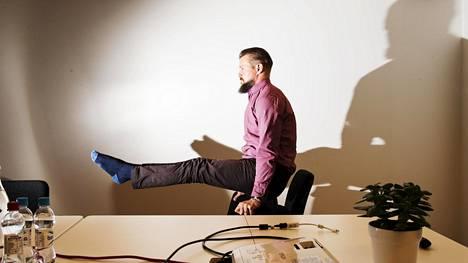 Koska liikunnassa pitää olla iloa, Marko Suomi on kehittänyt sosiaalisessa me diassa levinneen toimistoakro ba tian.