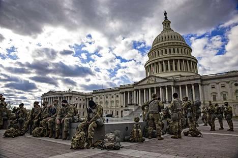 Kansalliskaartin sotilaita partioimassa kongressirakennuksen edustalla. Yhdysvaltain liittovaltion poliisi on varoittanut turvallisuusuhkista Washingtonissa ja ympäri Yhdysvaltoja virkaanastujaisten alla.