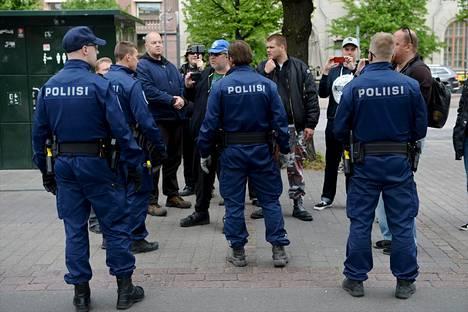 Suomi ensin -leiri poistettiin Helsingin Rautatientorilta kesäkuussa 2017. Sen jälkeen maahanmuuttovastaisten poliisiin kohdistamat häirinnät ovat olleet kasvussa.
