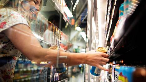 """Noora Torkkelin valinta kaupassa on usein ipa, eli indian pale ale -olut. Torkkeli ei usko, että ravintolahintojen aleneminen vaikuttaisi hänen alkoholitottumuksiinsa. """"Ravintolaan mennään, kun on joku tietty tilanne, en mieti silloin hintaa niin paljon."""""""