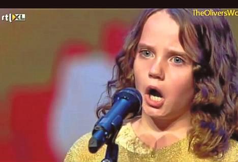 Amira Willghagen Hollannin Talentissa. Kuvakaappaus Youtubesta.