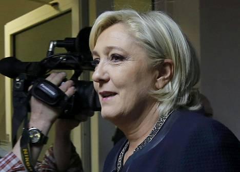 Kansallinen rintama -puolueen puheenjohtaja Marine Le Pen esiintyi kameroiden edessä tavattuaan Venäjän duuman edustajia Moskovassa perjantaina.