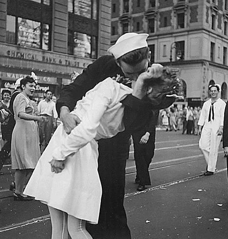 Glenn Edward McDuffie suuteli Edith Shainia New Yorkin Times Squarella elokuussa 1945.