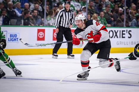 Sami Vatanen aloitti kauden New Jersey Devilsissä. Siirtorajalla hänet kaupattiin Carolinaan.