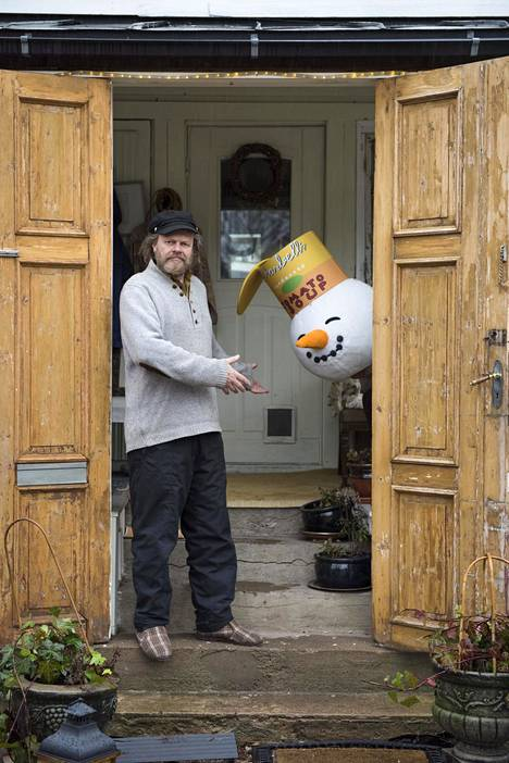 Markus Majaluoma tekee töitä kotistudiollaan.