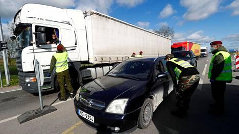 Liettuan rajavartijat tarkastivat Liettuan ja Latvian välisellä rajalla liikkuvien autoilijoiden dokumentteja perjantaina.