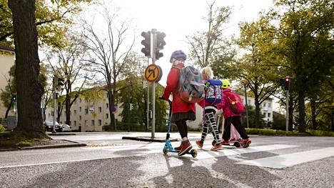 HS:n selvityksen mukaan koulun lähistöllä lapsille sattuvista onnettomuuksista noin 30 prosenttia sattuu suojatiellä.