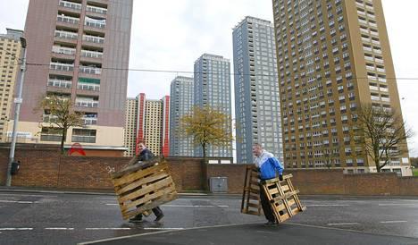 Miehet kantoivat kuormalavoja Skotlannin Glasgow'ssa marraskuussa 2009.